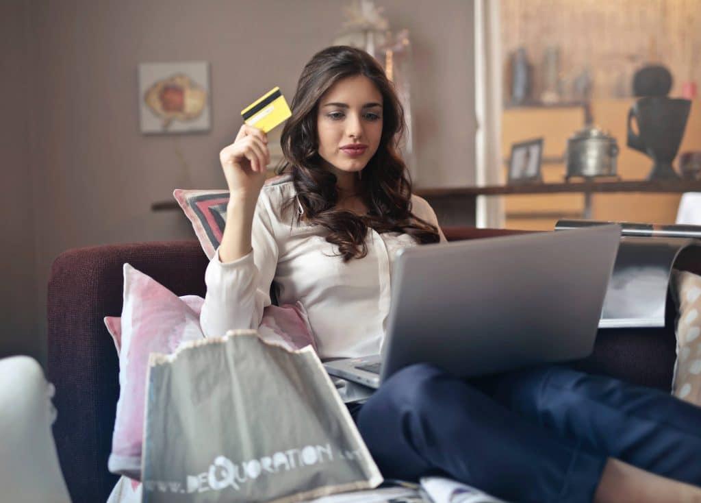 Frau kauft einen Leseknochen mit Ihrer Kreditkarte